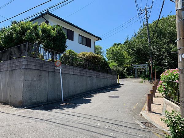 06 公園隣の神社の方へ道なりに進むと   左側に弊社が見えてきます  (薄い緑色の建物)