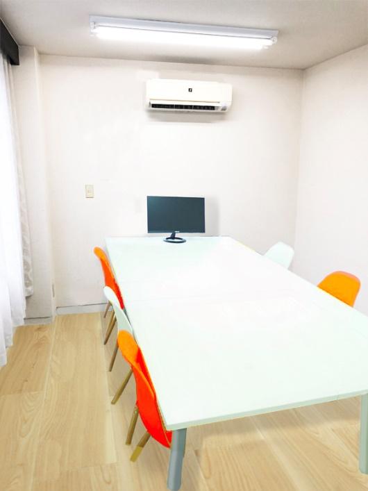 企業カラーのオレンジを基調とした室内イメージ